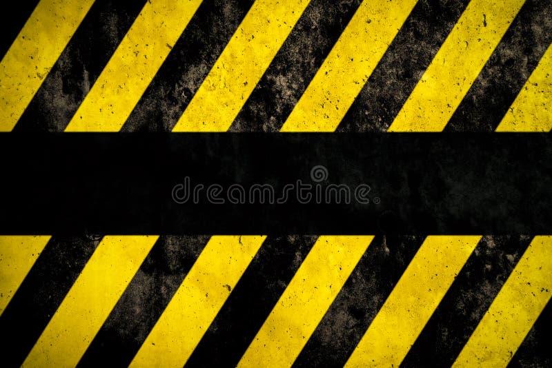 Fundo de advertência com as listras amarelas e escuras pintadas sobre a textura da fachada do muro de cimento e o espaço vazio pa ilustração stock