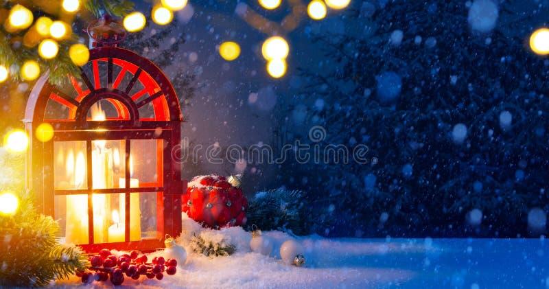 Fundo de Art Christmas com decorações e árvore de Natal da neve fotos de stock royalty free