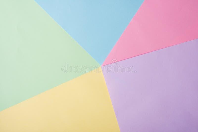 Fundo de azul, amarelo, rosa, folhas de papel lil?s fotos de stock royalty free