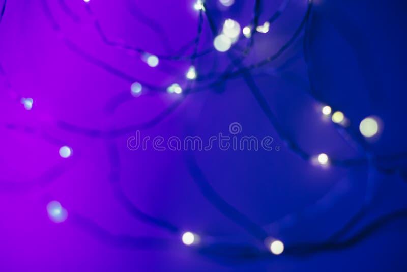 Fundo de Blured com a festão conduzida em cores de néon na moda imagens de stock