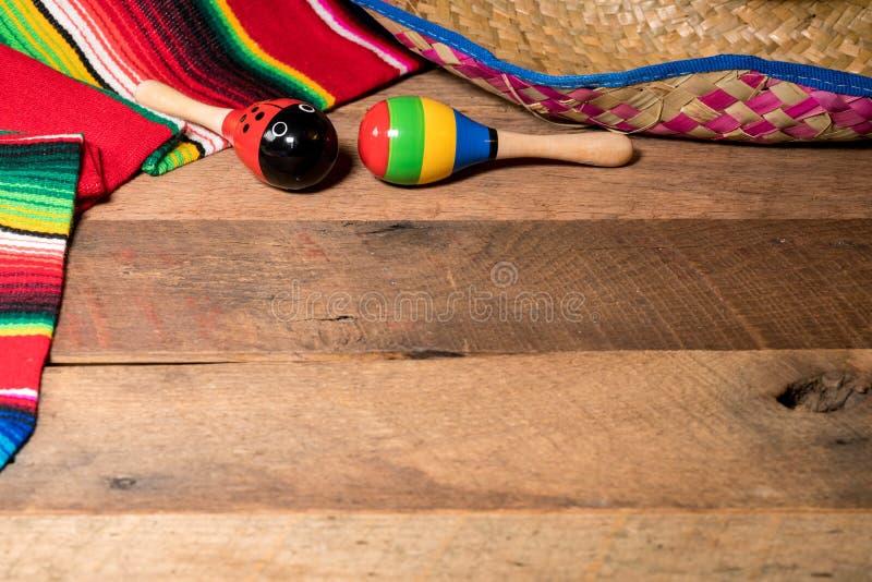 Fundo de Cinco de Mayo em placas de madeira imagens de stock