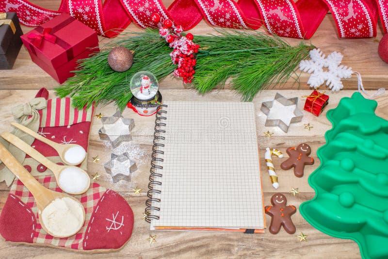 Fundo de cozimento do bolo do Natal Um livro da receita com espaço do texto livre Ingredientes e ferramentas para cozer - farinha fotos de stock royalty free