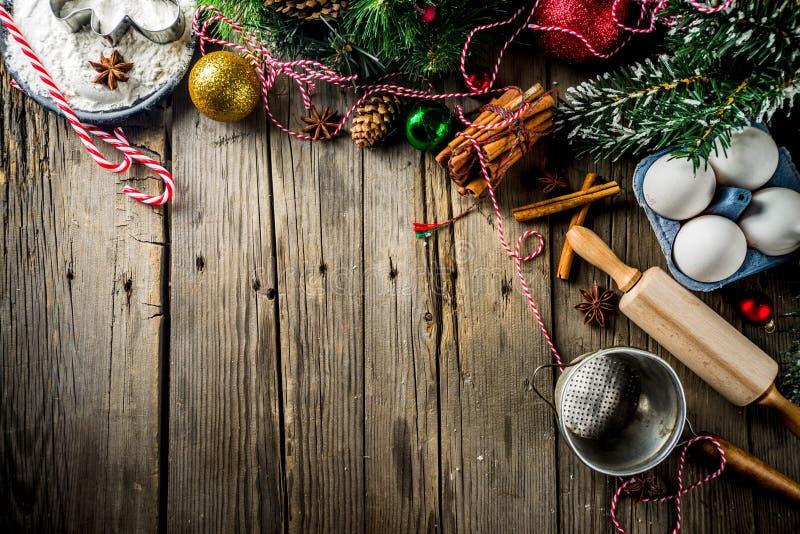 Fundo de cozimento do Natal com filtro, pino do rolo, especiarias, de árvore do Natal ramos e decorações, na tabela de madeira ve imagem de stock