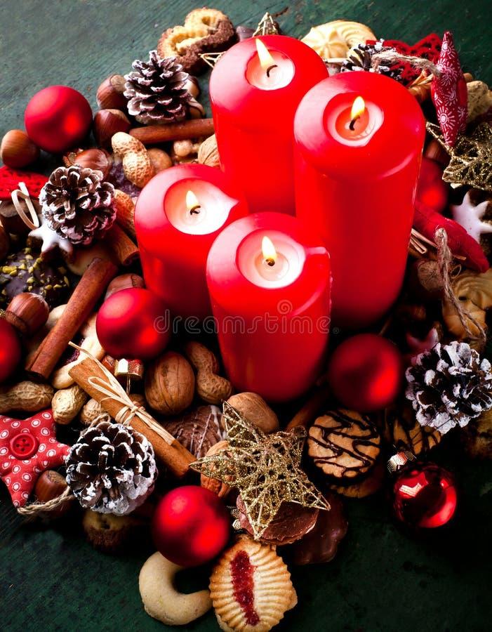 Fundo de cozimento do Natal com quatro velas no fundo de madeira verde imagens de stock