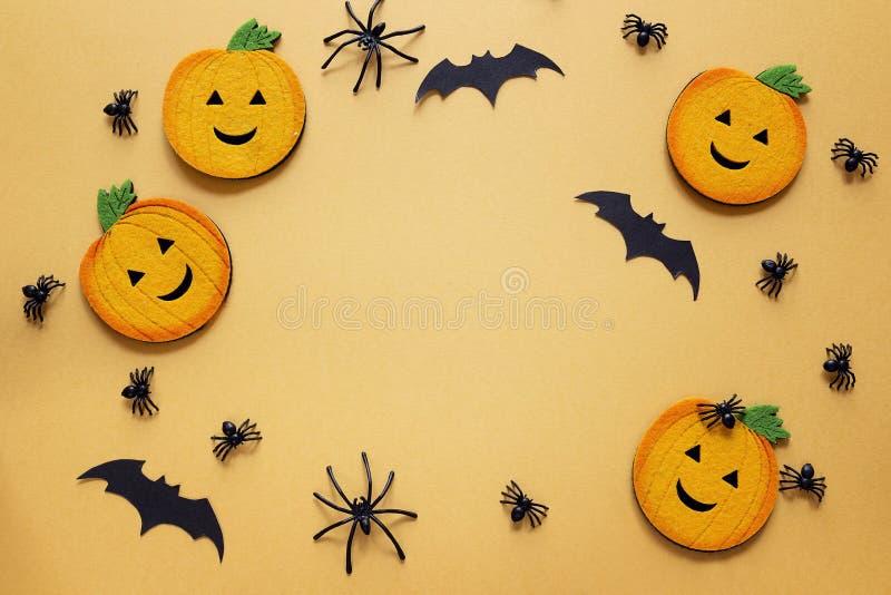 Fundo de Dia das Bruxas com abóboras, as aranhas e os bastões decorativos imagem de stock