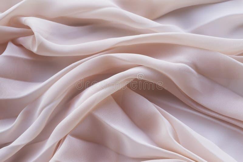 Fundo de dobras de encontro da tela coral na tabela imagens de stock