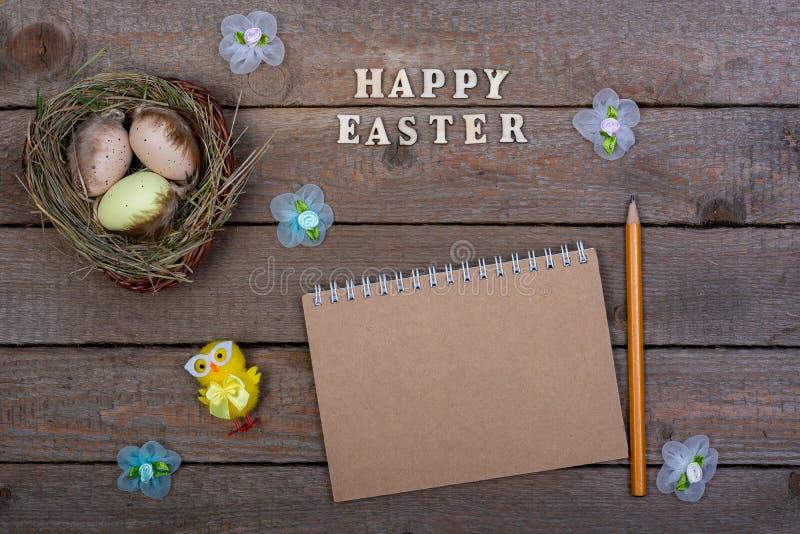 Fundo de Easter A inscrição das letras de madeira 'Páscoa feliz ' imagens de stock royalty free