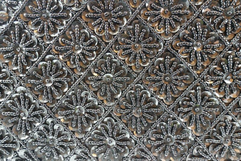 Fundo de grânulos pretos com cristais de rocha fotos de stock