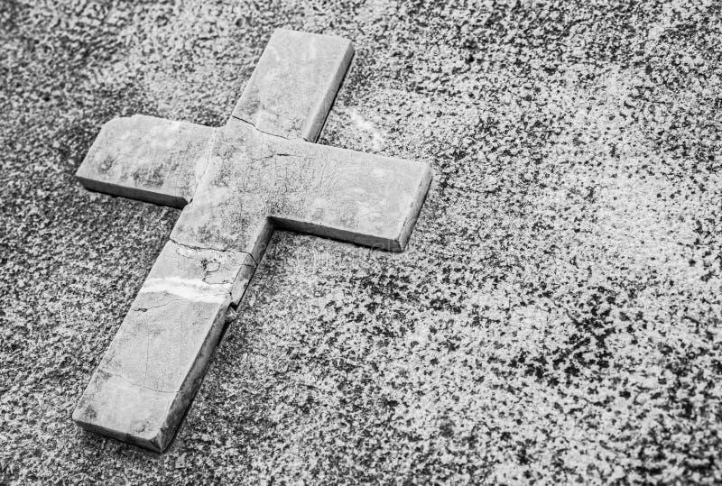 Fundo de lamentação com cruz de pedra para pêsames sinceros imagens de stock royalty free