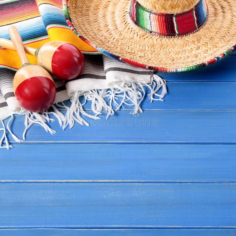 Fundo de madeira azul da festa do de Mayo do cinco do sombreiro de México imagem de stock royalty free