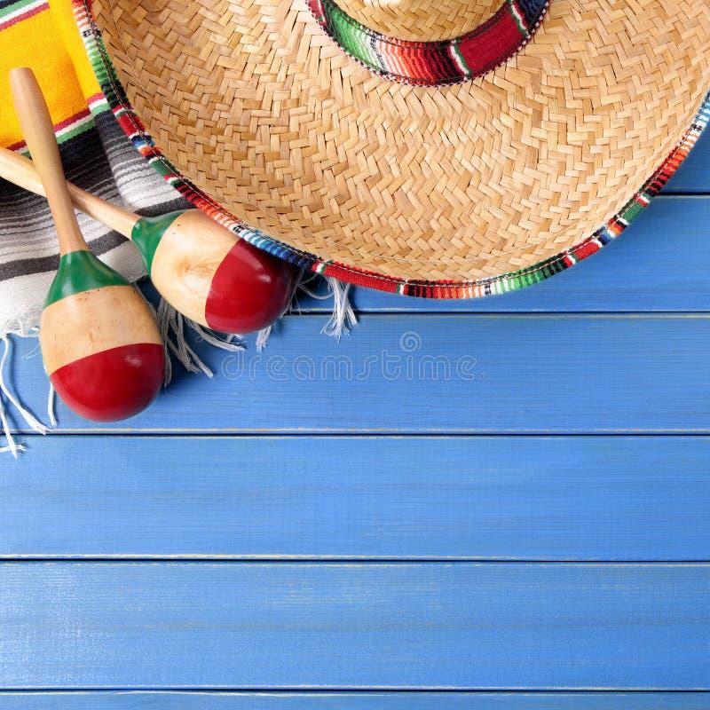 Fundo de madeira azul do de Mayo do cinco do sombreiro de México fotos de stock royalty free