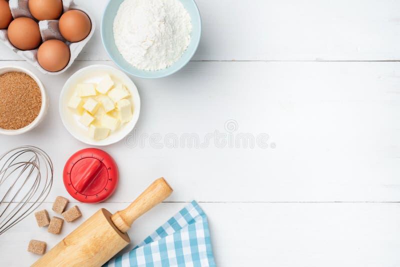 Fundo de madeira branco da tabela com ingredientes de cozimento foto de stock royalty free