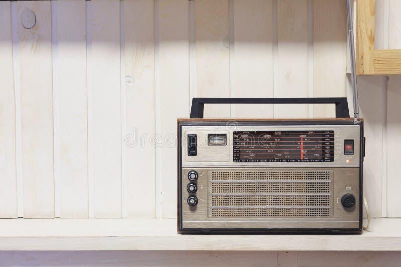 Fundo de madeira branco dianteiro de rádio velho retro Foto do estilo do vintage foto de stock royalty free