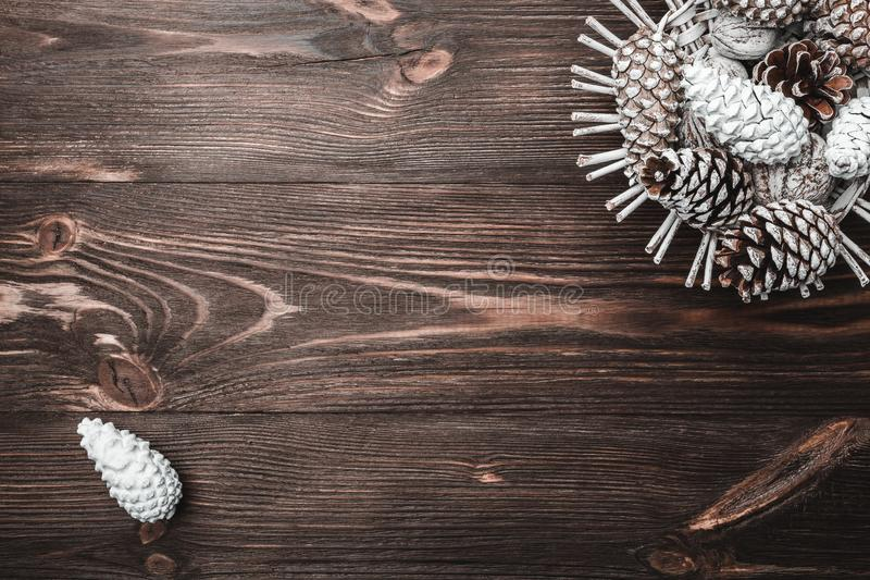 Fundo de madeira de Brown com textura Cones de abeto decorativos Bolsa de estudo, ano novo e Xmas imagens de stock royalty free