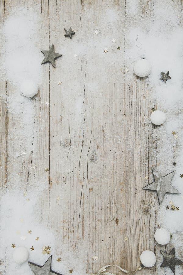 Fundo de madeira cinzento de Christmassy com decoração foto de stock