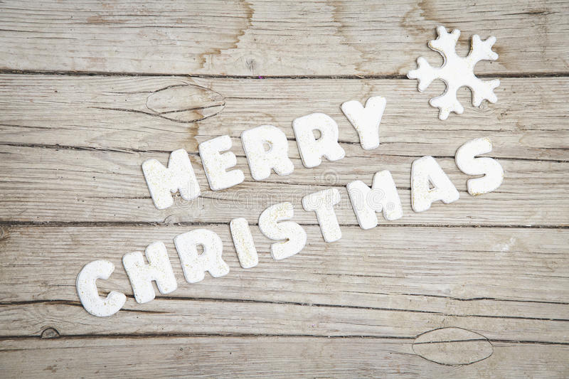 Fundo de madeira cinzento de Christmassy com pão-de-espécie e letra alegre do ` s de Christma foto de stock royalty free