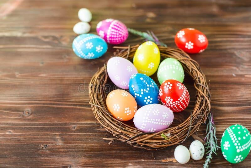 Fundo de madeira colorido adiantado brilhante dos ovos da páscoa foto de stock royalty free