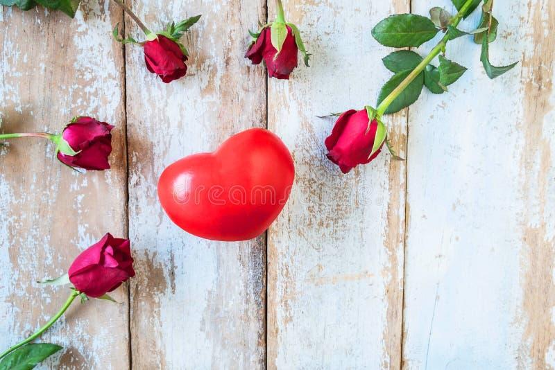 Fundo de madeira com conceito do dia das rosas vermelhas e de Valentim dos corações foto de stock