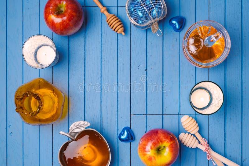 Fundo de madeira com mel e maçã para o feriado judaico Rosh Hashana Vista de acima fotografia de stock
