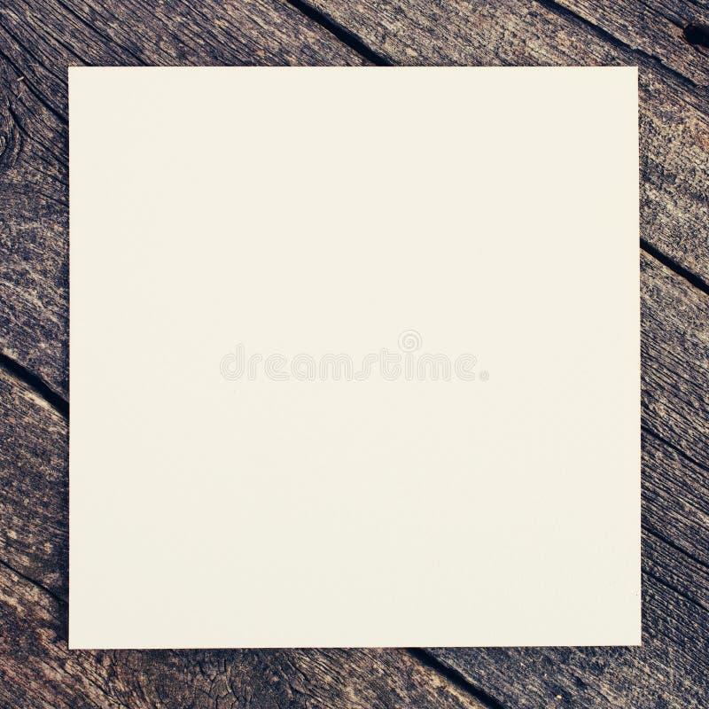 Fundo de madeira com papel em branco fotos de stock royalty free