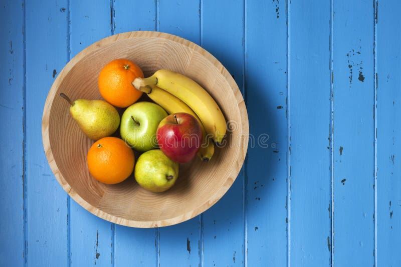 Fundo de madeira da bacia do fruto fotos de stock royalty free