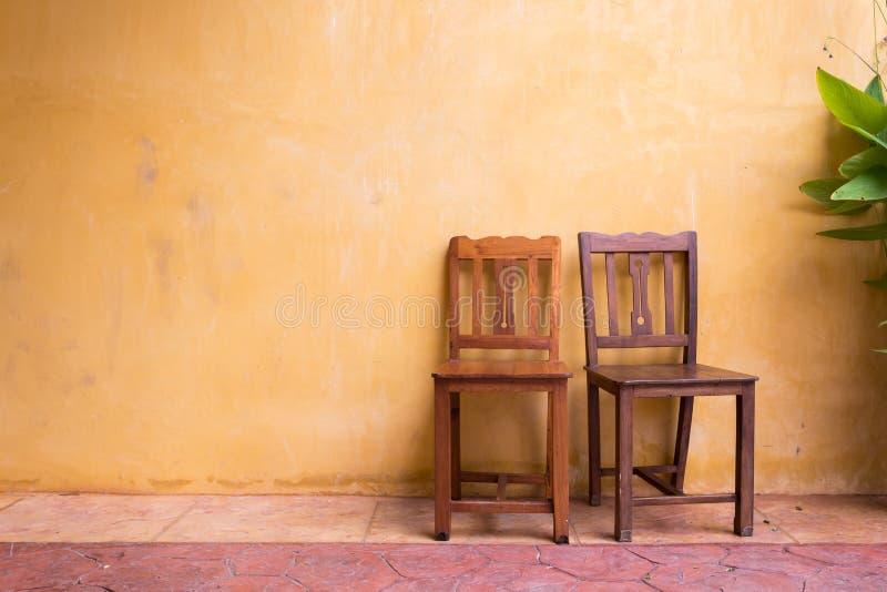 Fundo de madeira da parede do almofariz da cadeira e do cimento fotos de stock