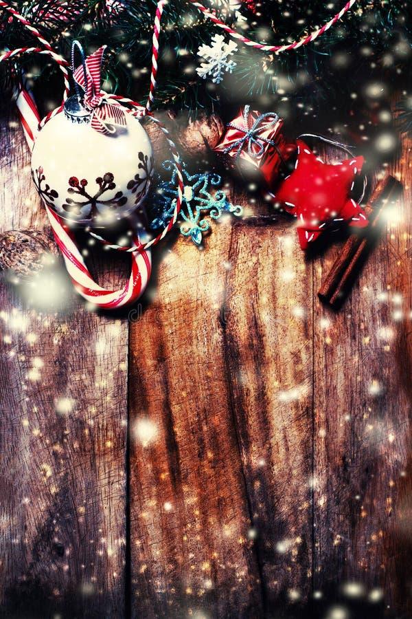 Fundo de madeira do Feliz Natal com a árvore de abeto da neve com cópia s imagens de stock royalty free