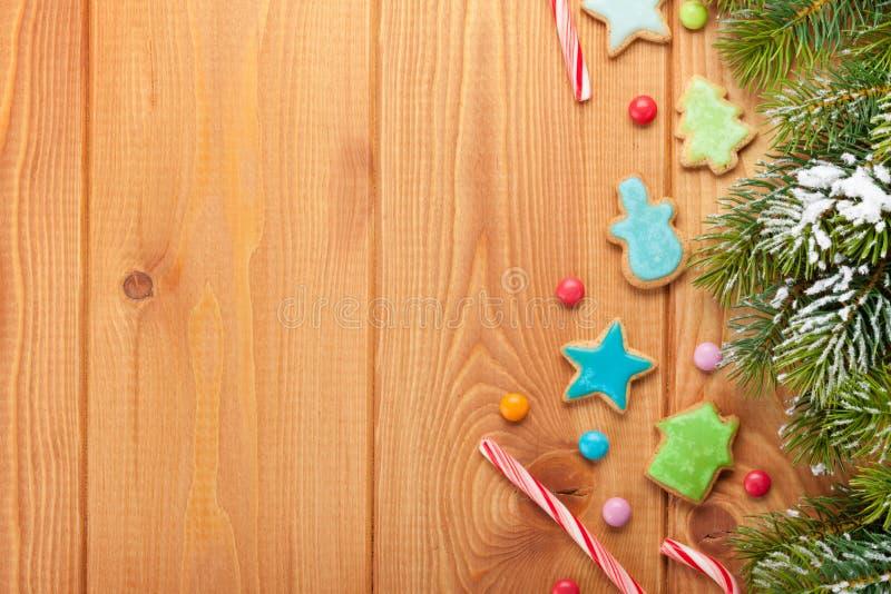 Fundo de madeira do Natal com a árvore de abeto da neve, cozinheiro do pão-de-espécie fotografia de stock