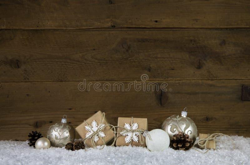 Fundo de madeira do Natal com a decoração como presentes, bolas fotos de stock