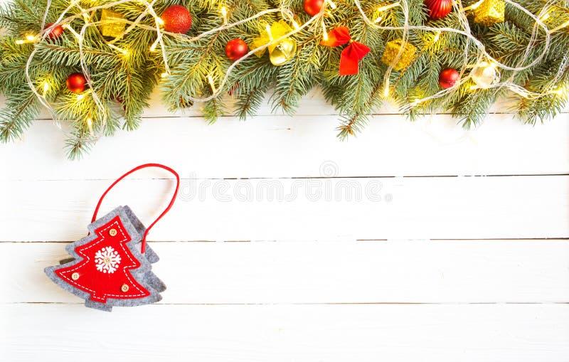 Fundo de madeira do Natal com o saco de árvore de abeto e de árvore de Natal Vista de cima com do espaço da cópia imagem de stock royalty free