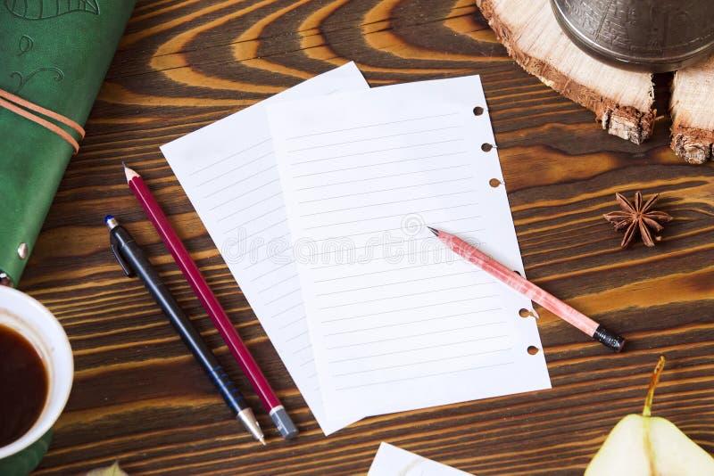 Fundo de madeira do outono com papel para notas, leiteria, cofee workplace imagens de stock royalty free
