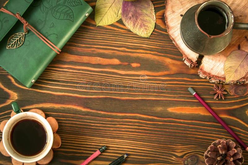 Fundo de madeira do outono vazio que consiste na leiteria, cofee, ezve do  de Ñ, cone, folhas de outono, pena Lápis Vista superi imagem de stock