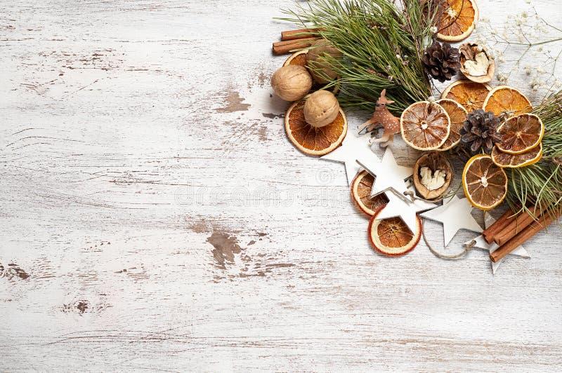 Fundo de madeira do vintage do Natal ou do ano novo com grinalda fotos de stock