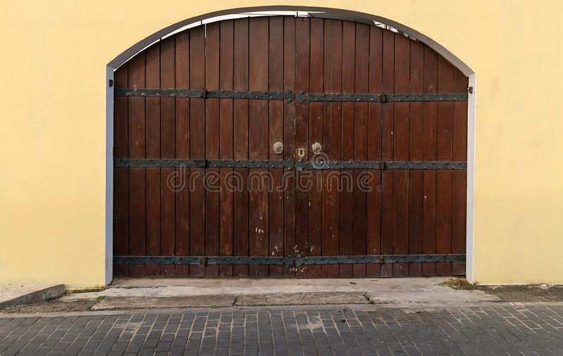 Fundo de madeira escuro das pranchas da porta marrom de madeira velha da casa fotografia de stock