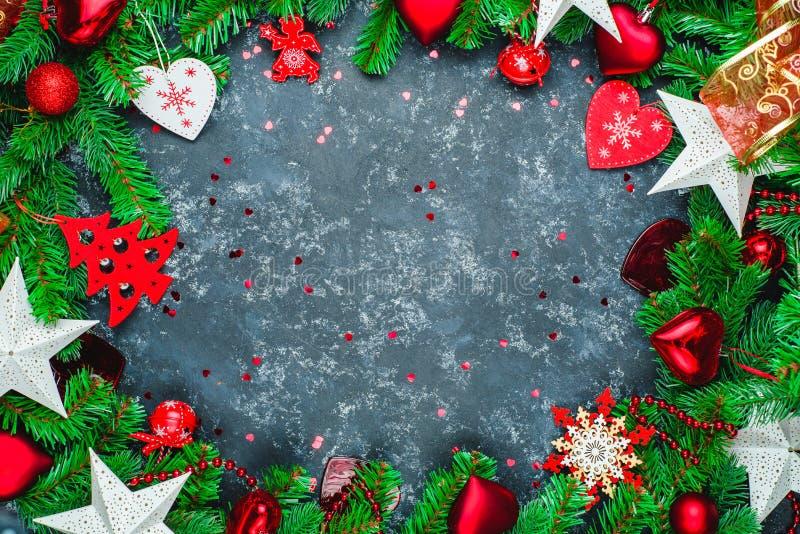 Fundo de madeira escuro do Natal ou do ano novo, placa preta quadro com decora??es da esta??o, espa?o para um texto, vista de cim foto de stock royalty free