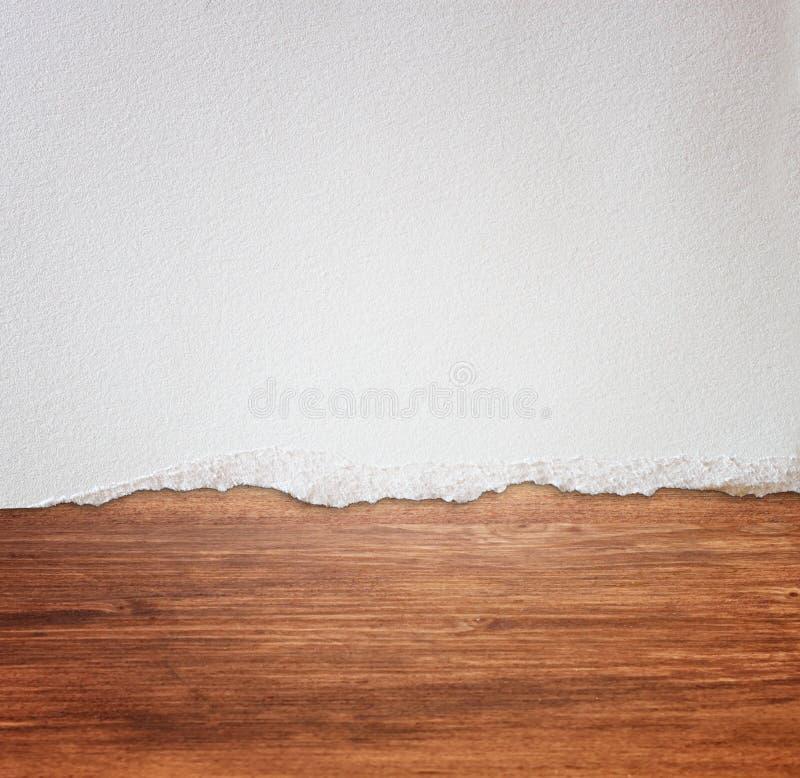 Fundo de madeira excedente de papel rasgado imagens de stock
