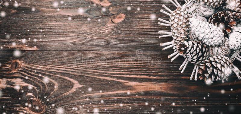 Fundo de madeira marrom horizontal, cesta de A com cones de abeto Espaço para desejos com inverno, xmas, ano novo e Natal fotos de stock royalty free