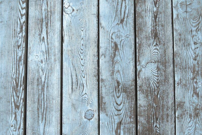 Fundo de madeira molhado das pranchas com claro - pintura azul imagens de stock royalty free