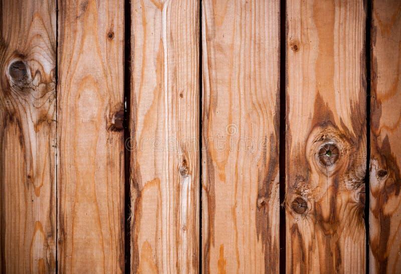 Fundo de madeira de placas verticais marrons idosas connosco e manchas fotos de stock royalty free