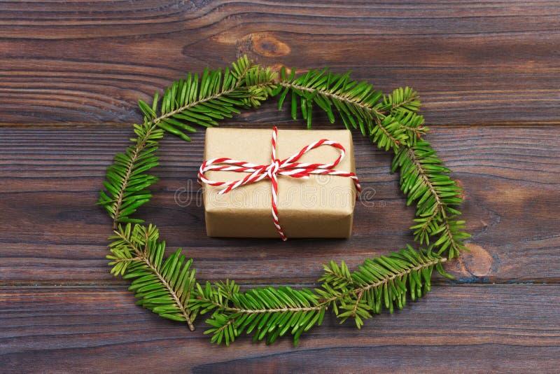 Fundo de madeira preto do Natal galhos do thuja Design floral original, fresco para o cartão do xmas espaço vazio para cumpriment foto de stock royalty free