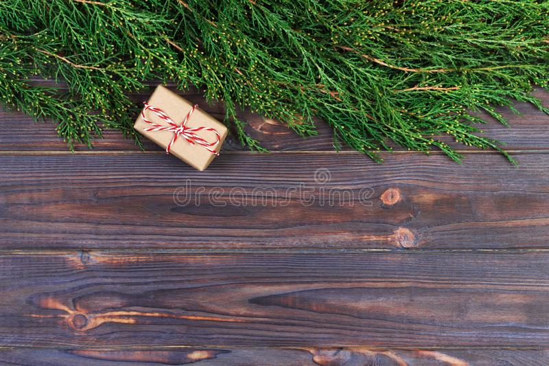 Fundo de madeira preto do Natal galhos do thuja Design floral original, fresco para o cartão do xmas espaço vazio para cumpriment fotografia de stock