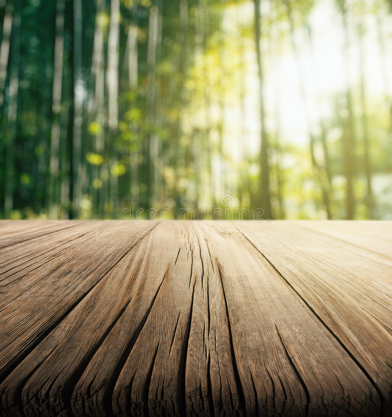 Fundo de madeira vazio da tabela e do bambu imagem de stock royalty free