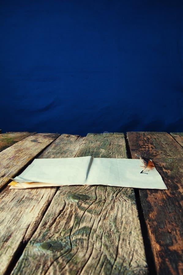 Fundo de madeira velho da pena e do papel fotografia de stock