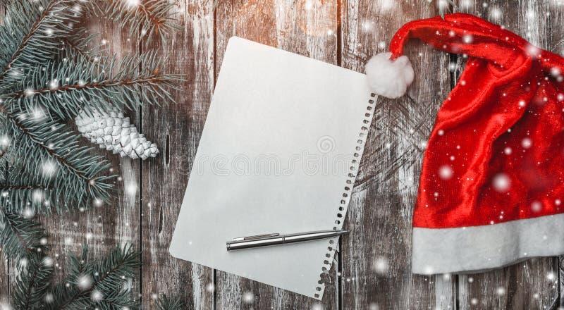 Fundo de madeira velho, ramo verde do abeto Letra e chapéu do ` s de Santa, esperando uma mensagem do cumprimento fotografia de stock royalty free
