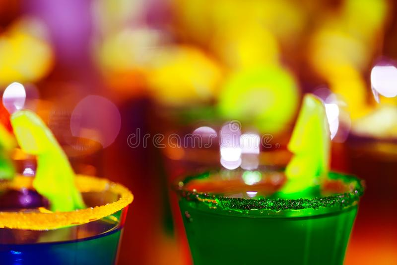 Fundo de néon brilhante borrado dos vidros de cocktail imagens de stock