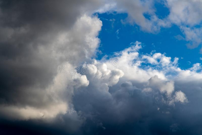 Fundo de nuvens escuras antes de uma trov?o-tempestade imagens de stock royalty free