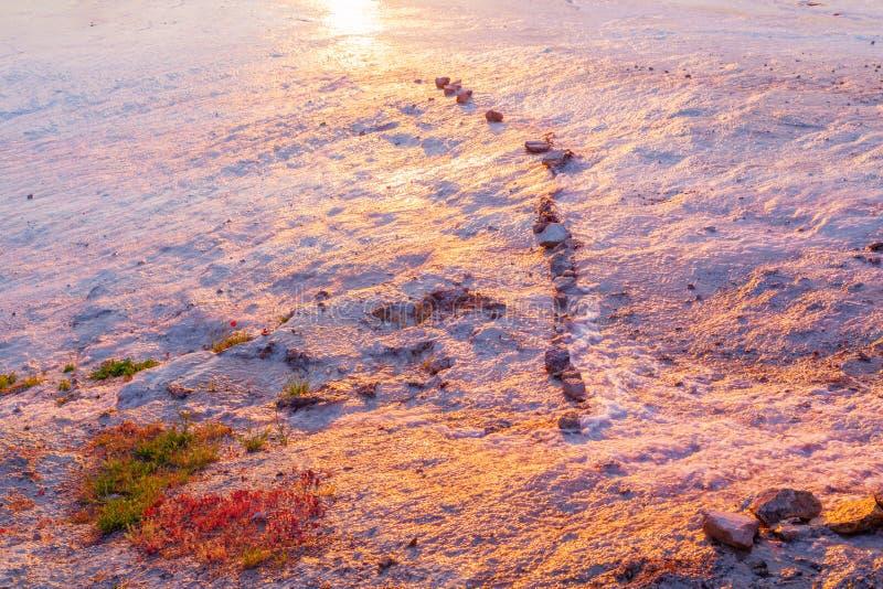 Fundo de pedra branco natural do brilho do por do sol da textura do relance foto de stock
