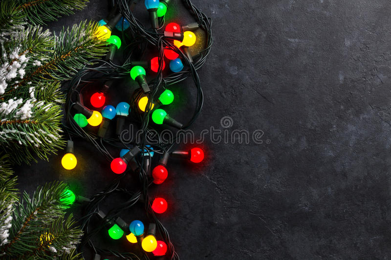 Fundo de pedra do Natal com luzes coloridas fotografia de stock royalty free