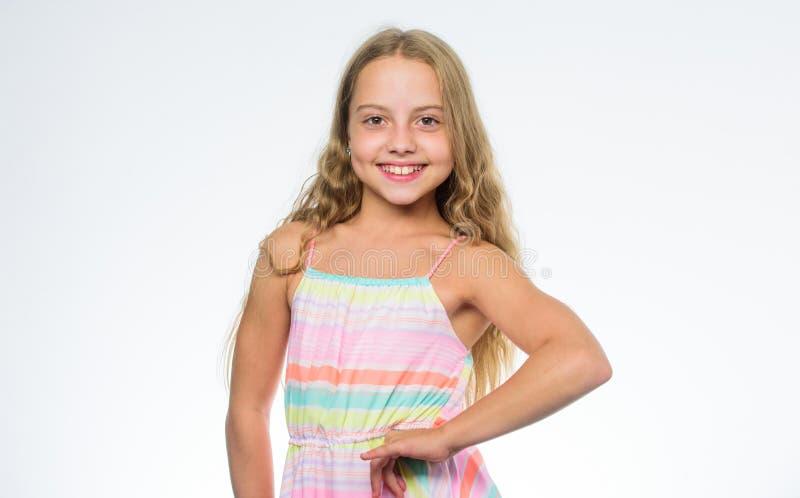 Fundo de sorriso do branco da cara do cabelo longo da menina Beleza natural Ensinando a sua criança hábitos saudáveis dos cuidado fotografia de stock