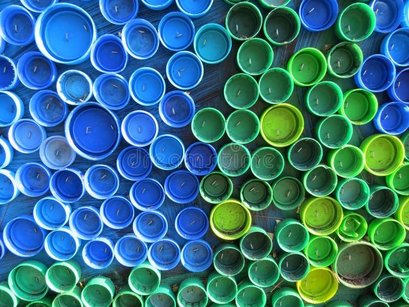 Fundo de tampões de garrafa coloridos plásticos Contaminação com desperdício plástico Ambiente e equilíbrio ecológico Arte da suc fotografia de stock royalty free